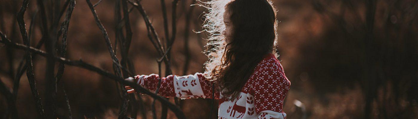 takken, hut, spelen, meisje rode trui